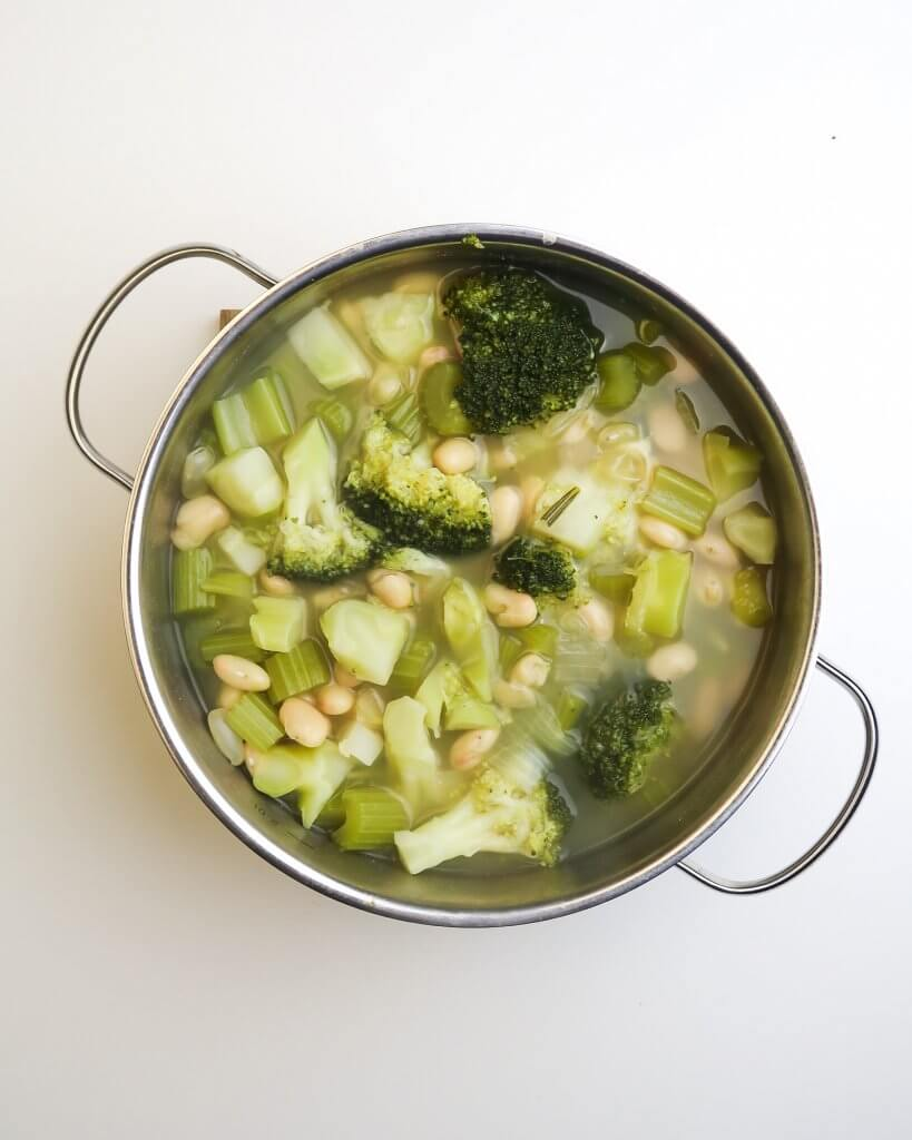 vegan-broccoli-soup-with-white-beans